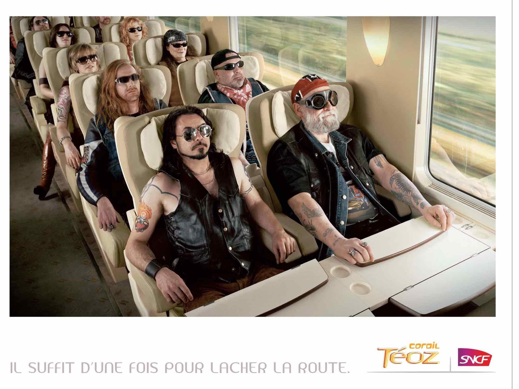 horde de Bikers dans un train sagement assis, image iconique.