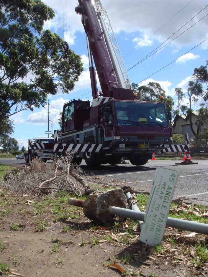 Australia, Big crane parked ready to use. Une grande gure prete à l'emploi sur un shoot en Australie