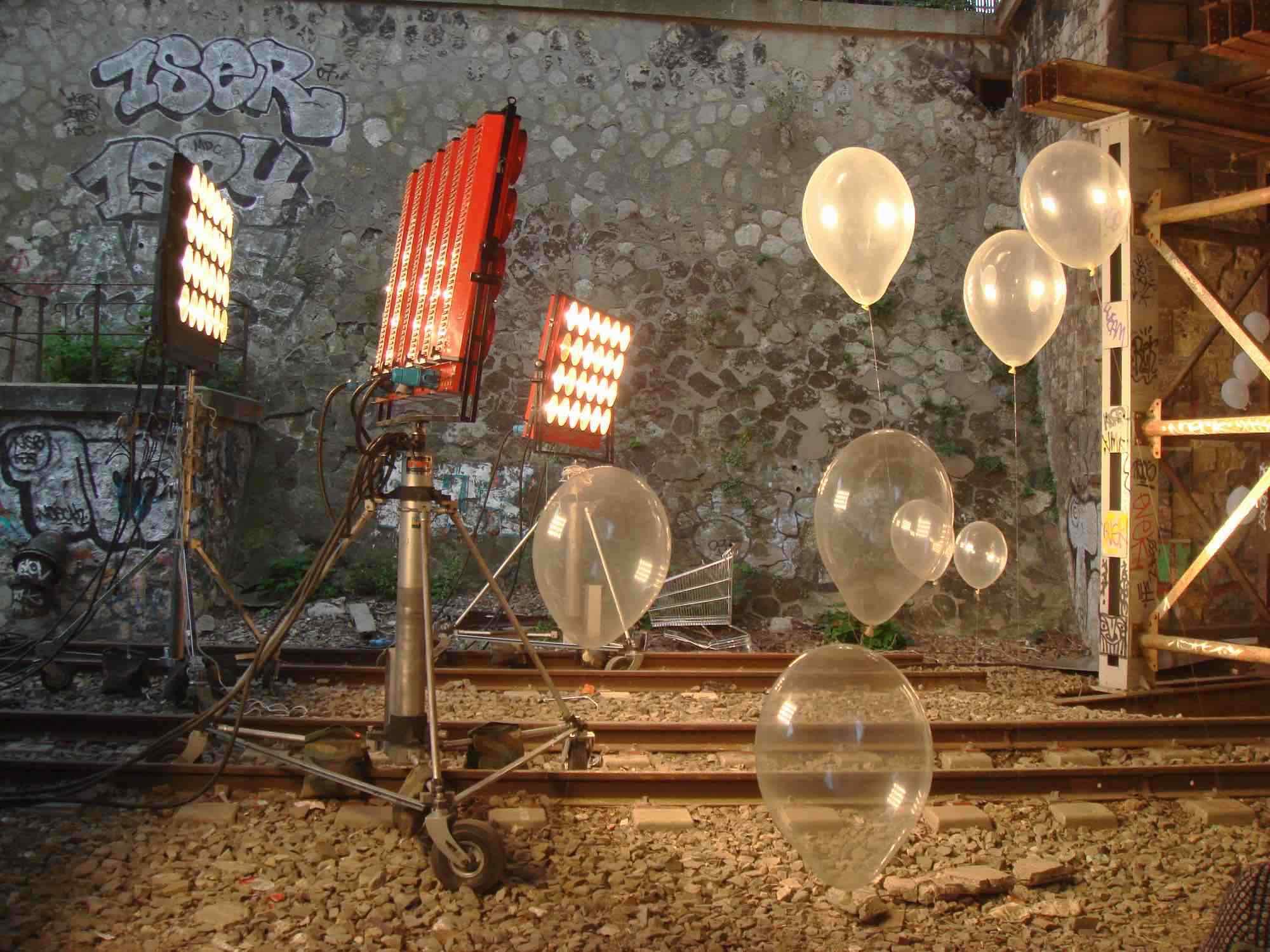 """Dino 24 lampes sur pieds crank'o'vator et ballons sur les voies ferrées de la petite ceinture. DIno 24 lamps on crank'O'Vator stands with balloons on railways """"petite ceinture"""""""