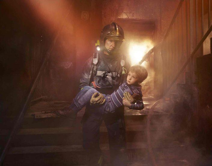 Cage d'escalier, flammes, fumée, chaos